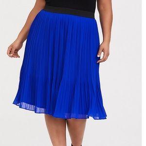 NWT torrid size 4 chiffon pleated midi skirt .